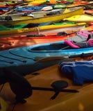 Kayaks colorés de fibre de verre Images stock