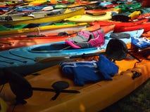 Kayaks colorés de fibre de verre Photographie stock libre de droits