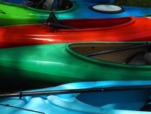 Kayaks colorés de fibre de verre Images libres de droits