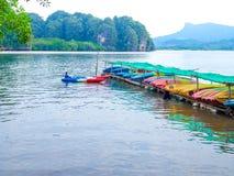 Kayaks colorés de fibre de verre sur le stockage extérieur en mer images libres de droits