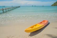 Kayaks colorés sur la mer tropicale de plage Voyage à Phuket thaïlandais Image libre de droits