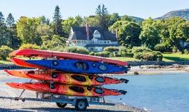 Kayaks colorés sur la remorque images stock