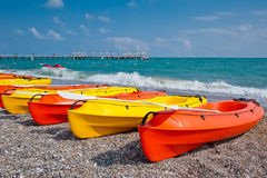 Kayaks colorés par la plage Photographie stock