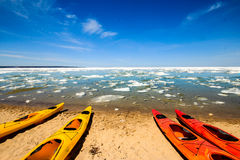 Kayaks dans au bord du lac national décrit de roches Image libre de droits