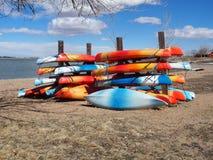 Kayaks dans le stockage images libres de droits