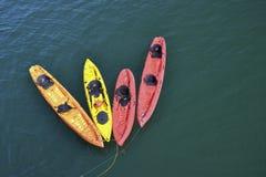 Kayaks dans une ligne Photo stock