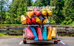 Kayaks de mer lisant pendant un jour sur l'eau images stock