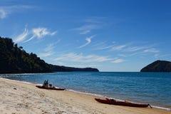 Kayaks de mer sur la plage photos stock