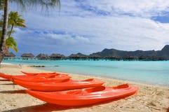 Kayaks de mer sur une plage Image stock