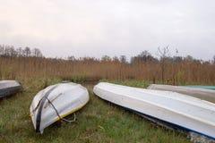 Kayaks des touristes de l'eau pendant une halte dans le camp Pré marécageux de matin entouré par le roseau sec Nature de Volyn en Photographie stock libre de droits