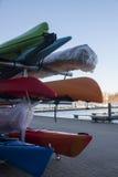 Kayaks empilés sur une remorque au pilier de port image stock