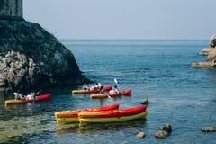 Kayaks en mer Touriste kayaking en mer près de Dubrovnik, Croate Images stock