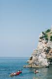 Kayaks en mer Touriste kayaking en mer près de Dubrovnik, Croate Photographie stock