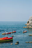 Kayaks en mer Touriste kayaking en mer près de Dubrovnik, Croate Image stock