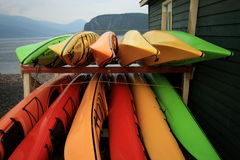 Kayaks enregistrés sous la pluie Images stock