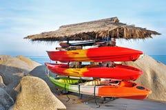 Kayaks et canoës colorés dans une pile de rangée photos stock