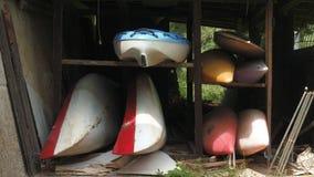Kayaks et canoës dans une cabane banque de vidéos