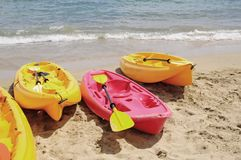 kayaks le jaune rouge Photo stock