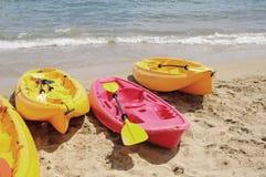 kayaks le jaune rouge photo stock