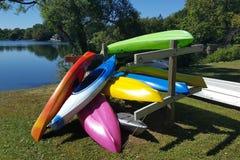Kayaks récréationnels colorés Photos libres de droits