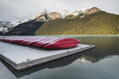Kayaks rouges, parc national de Lake Louise, Banff, Alberta, Canada photo stock