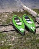Kayaks sur la banque Images stock