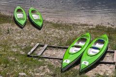 Kayaks sur la banque Photos libres de droits