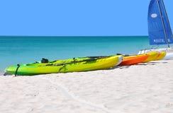 Kayaks sur la plage. Photos libres de droits