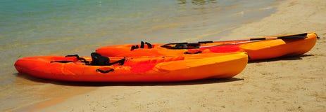 Kayaks sur la plage Photographie stock libre de droits