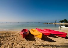 Kayaks sur la plage Images stock