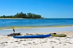 Kayaks sur la plage Images libres de droits