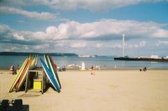 Kayaks sur la plage chez Weymouth, Dorset, R-U Photographie stock libre de droits