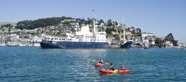 Kayaks sur la rivière de dard, chez Dartmouth en Devon, l'Angleterre images libres de droits