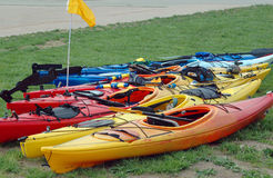 Kayaks sur le rivage Images stock