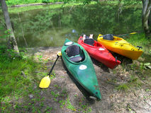 Kayaks sur le rivage Photographie stock