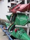Kayaks sur une armoire image libre de droits