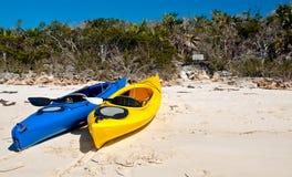 Kayaks sur une plage Photo stock