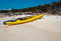 Kayaks sur une plage Image stock