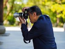 Kayoto Japan - Maj 11: Den oidentifierade mannen gör fotoet på Maj 11, 2014 i Kyoto, Japan Fotografering för Bildbyråer