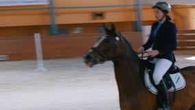 Kazán, Rusia - 25 de abril de 2018: Campeonato ecuestre - jinete femenino ecuestre en el galope del caballo almacen de video