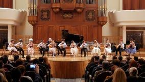Kazán, Rusia - 15 de abril de 2017: Sala de conciertos del estado de Saydashev gran - ejecución de la orquesta de los niños