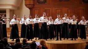 Kazán, Rusia - 15 de abril de 2017: Sala de conciertos del estado de Saydashev gran - realizando a la orquesta del violín - adole