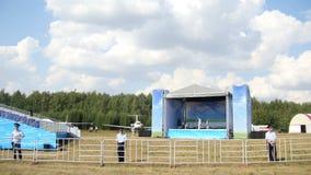 Kazán, Rusia - 12 de agosto de 2016: la etapa y la falta de espectadores en concierto en el airshow Kurkachu almacen de video