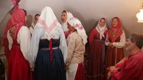 Kazán, Rusia - 29 de agosto de 2017: El conjunto popular ruso en traje auténtico nacional realiza la canción y la danza almacen de video