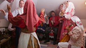 Kazán, Rusia - 29 de agosto de 2017: Mujeres y hombres en traje nacional auténtico - el conjunto popular ruso realiza danza almacen de metraje de vídeo