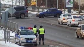 KAZÁN, RUSIA - 2 DE DICIEMBRE DE 2016: dos monitores de los oficiales de policía trafican en una calle muy transitada, time lapse almacen de metraje de vídeo