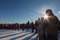 Kazán, Rusia - 28 de febrero de 2017 - isla de Sviyazhsk: Carnaval étnico ruso Maslenitsa - la gente se alineó en un círculo Imagen de archivo