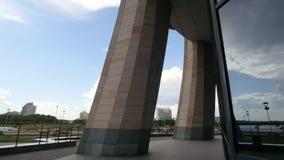 KAZÁN, RUSIA - 12 de junio de 2017: reflexión de las barras monumento, centro de la familia, artista - Dashi Namdakov, tiro del r metrajes