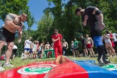 KAZÁN, RUSIA - 23 DE JUNIO DE 2018: Festival tártaro tradicional Sabantuy - los hombres musculares fuertes arquean el uno al otro Fotos de archivo libres de regalías