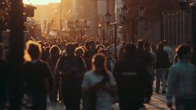 Kazán, Rusia - 21 de junio de 2018 - muchedumbre de gente que camina abajo de la calle de Baumana - zona peatonal principal - en  almacen de video